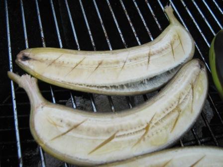 fertige-gegrillte-Bananen-haelften
