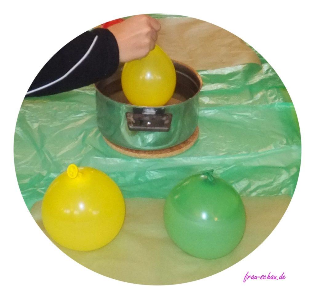 Ballon vorsichtig in das Wachs tauchen